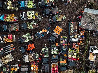 Aerial view of fruit market - p1166m2095133 by Cavan Images