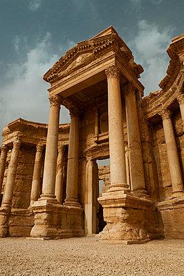 Ruinen des Theaters der Oasenstadt und UNESCO-Weltkulturerbe Palmyra/Tadmor nahe Damaskus, Syrien - p1493m2063557 von Alexander Mertsch