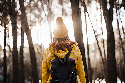 Woman with backpack exploring in forest - p300m2251021 by Eva Blanco