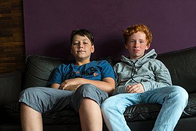 Mädchen und Junge auf dem Sofa - p427m1465445 von R. Mohr