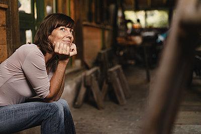 Brunette woman resting head on hands - p586m2134759 by Kniel Synnatzschke