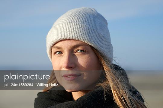 Frau mit Mütze am Meer - p1124m1589284 von Willing-Holtz