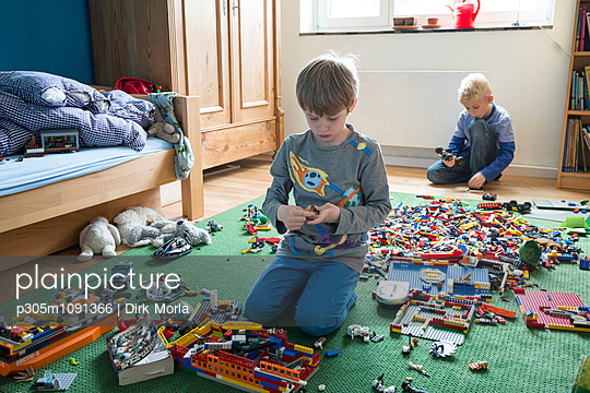 spielende Kinder - p305m1091366 von Dirk Morla
