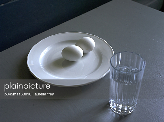 Zwei Eier und ein Glas Wasser  - p945m1163010 von aurelia frey