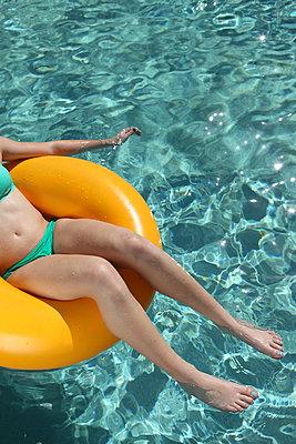 Am Pool - p045m901468 von Jasmin Sander