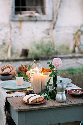 Laid garden table with candles - p300m2068338 by Alberto Bogo
