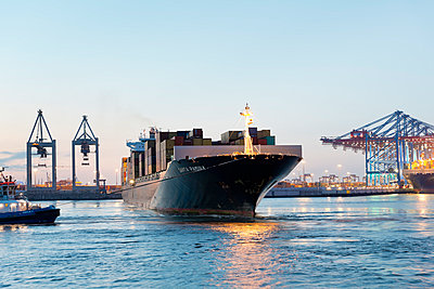 Germany, Hamburg, Container ship being turned at Park harbour - p300m948866 by Mel Stuart