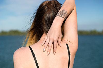 Junge Frau mit Tattoo - p552m1445555 von Leander Hopf