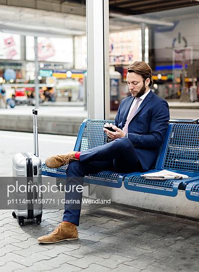 Geschäftsmann wartet am Bahnhof - p1114m1159771 von Carina Wendland