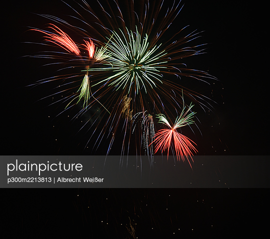 Germany, Bavaria, Kochel am See, fireworks at night sky - p300m2213813 by Albrecht Weißer