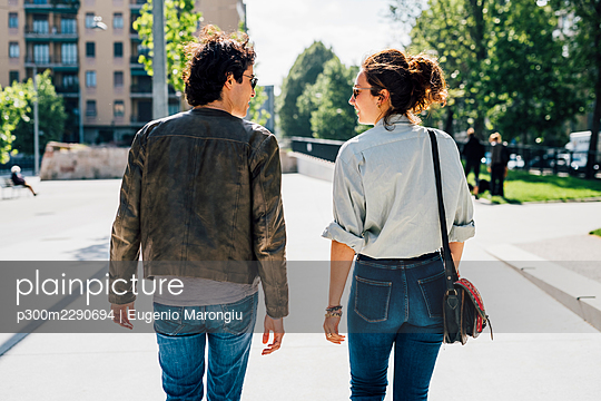 Couple walking hugging outdoor - Italy, Lombardy, Milan - bonding, serene, harmony concept - p300m2290694 von Eugenio Marongiu