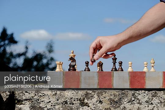Schach auf einer Steinmauer - p335m2186206 von Andreas Körner