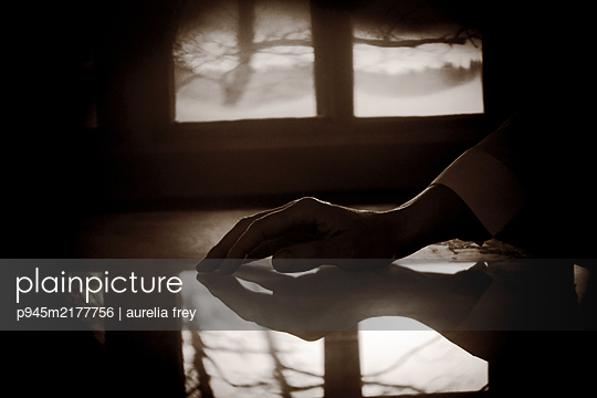 Reflection of female hand in the twilight - p945m2177756 by aurelia frey