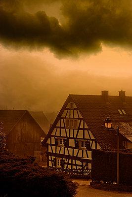 Gewitterwolken über Fachwerkhaus - p248m881097 von BY