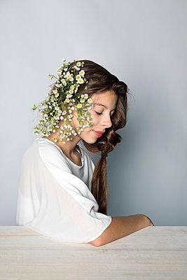 Portrait of girl wearing flowers - p300m2062376 von Petra Stockhausen