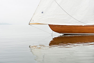 Germany, Baden-Wuerttemberg, Lake Constance, sailing boat in mist near Bodman - p300m973552 by Holger Spiering