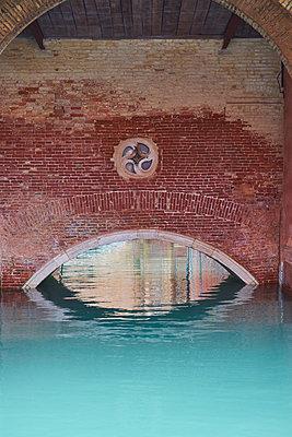 Brücke aus Backstein in Venedig - p1312m1575171 von Axel Killian
