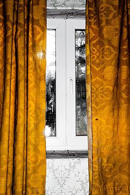 Alte Vorhänge - p248m1132661 von BY