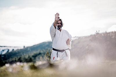 Senior man practicing karate outdoors - p300m2083874 von Oscar Carrascosa Martinez