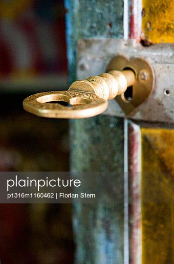Schlüssel in der Tür zum Eingang in den Dowa Felsentempel, Ella, Hochland, Sri Lanka, Asien - p1316m1160462 von Florian Stern