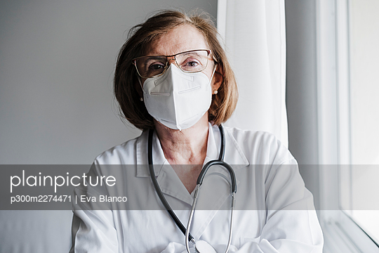 Senior medical professional with protective face mask in hospital - p300m2274471 by Eva Blanco