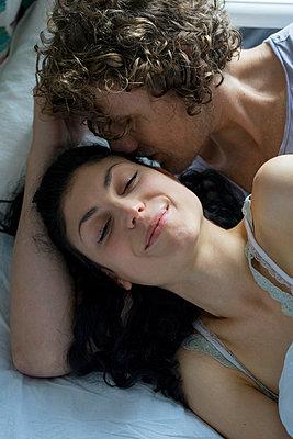 Paar im Bett - p1212m1178885 von harry + lidy