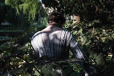 Mann im Garten - p1422m1486734 von Vivian Rutsch