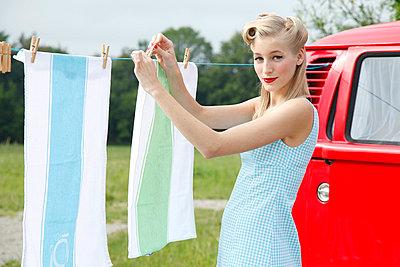 Wäsche aufhängen - p2490808 von Ute Mans