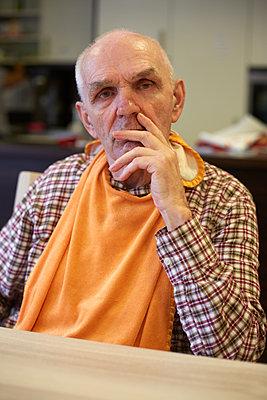 Age demented senior man in refectory of a nursing home - p300m2219179 by Heinz Linke