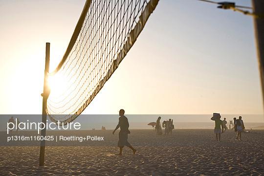 Leute am Strand im Abendlicht, Volleyball Netz, Atlantik, beliebter Strand von Windsurfern, Praia de Odeceixe, Algarve, Portugal - p1316m1160425 von Roetting+Pollex