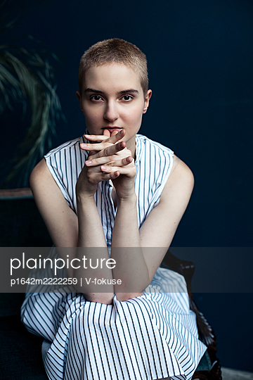 Teenage girl with short hair in a striped dress - p1642m2222259 by V-fokuse