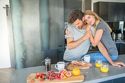 Paar in der Küche - p1156m2015790 von miep