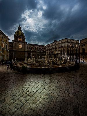 Italy, Sicily, Province of Palermo, Palermo, Piazza Pretoria, Fountain Fontana della Vergogna and Church San Giuseppe dei Teatini in the background - p300m965555f by Martin Moxter