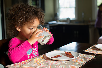 Mixed race girl drinking milk - p555m1479191 by Inti St Clair photography