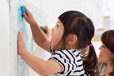 Close up portrait of female toddler having fun drawing - p924m821465f by Igor Emmerich