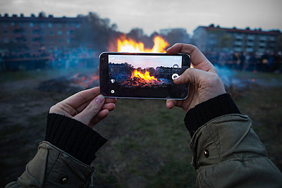 Woman photographing Walpurgis fire with smart phone - p1418m1572430 by Jan Håkan Dahlström