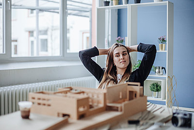 Portrait of young architect looking at architectural model in office - p300m1581542 von Gustafsson