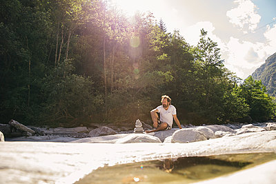 Man by the river - p788m2110371 by Lisa Krechting
