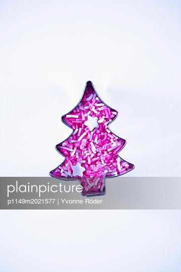 Christmas tree and sugar sprinkles - p1149m2021577 by Yvonne Röder
