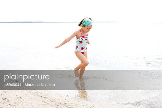 Kleines Mädchen am Strand - p8940041 von Marzena Kosicka