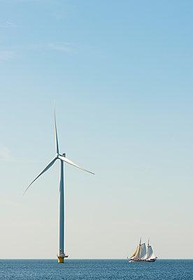 Windturbine und Segelschiff - p1132m1424059 von Mischa Keijser