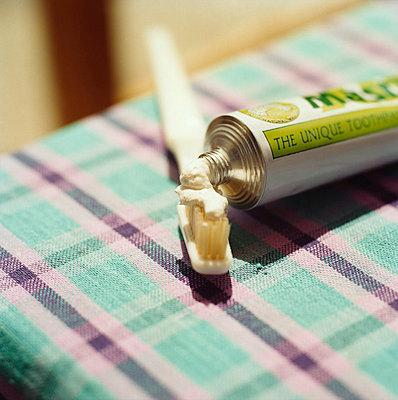 Toothpaste - p1205m1018725 by Simone Casetta