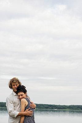 Paar am See - p1212m1170637 von harry + lidy