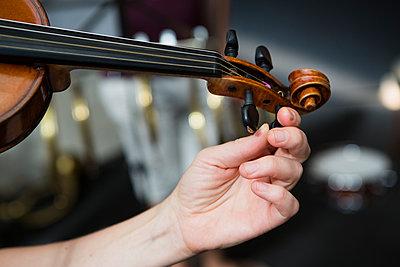 Geige einstimmen - p1357m2150503 von Amadeus Waldner
