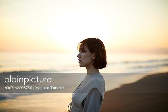 Young Japanese woman at the beach - p307m2296766 by Yosuke Tanaka