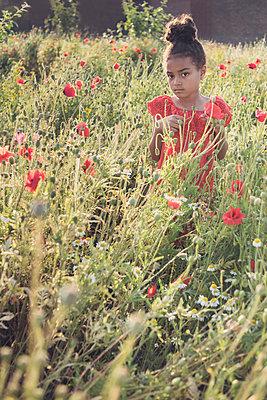 Girl in a wild flower field  - p1323m2100515 von Sarah Toure