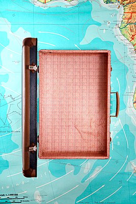 Koffer - p237m1006982 von Thordis Rüggeberg