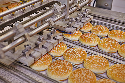 Production of bread rolls for Hamburger - p390m881070 by Frank Herfort