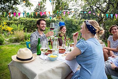 Freunde auf einer Gartenparty - p788m1165402 von Lisa Krechting