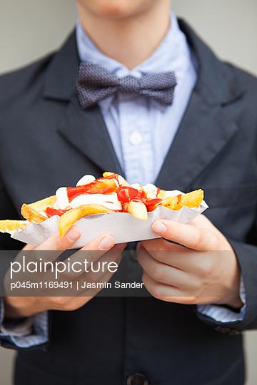 Reicher Junge liebt Fast Food - p045m1169491 von Jasmin Sander